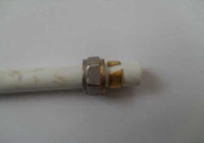 Гайка и обжимная шайба надетые на металлопластиковую трубу