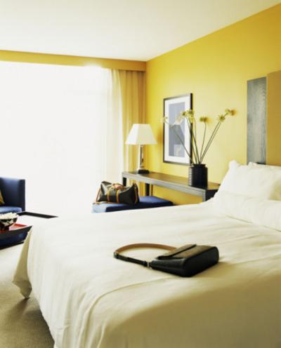 Желтый цвет стен в спальне