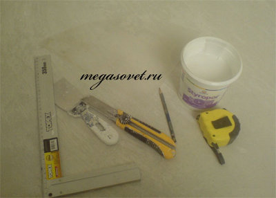 Как клеить плинтус на потолок