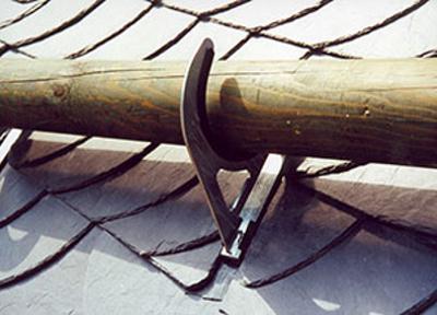 Снегозадержатели для кровли с применением деревянных бревен